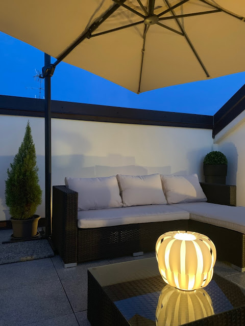 lampada da esterno in terrazzo notturno