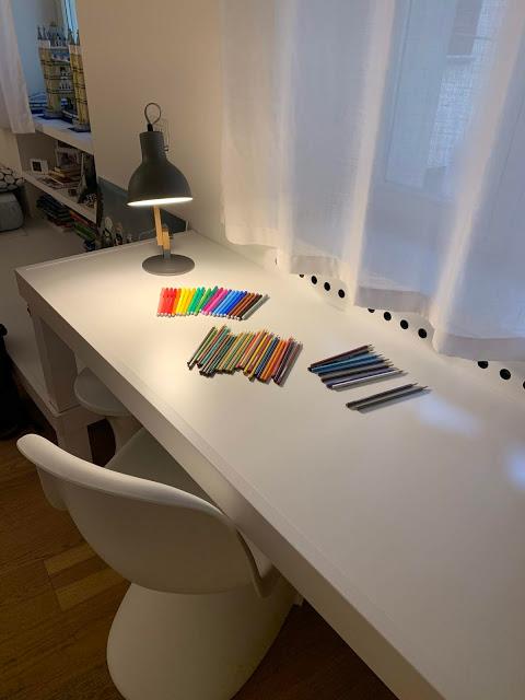 lampada da scrivania legno e metallo su tavolo bianco