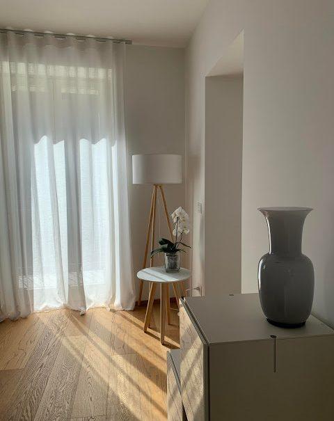 lampada e tavolino stile scandivano
