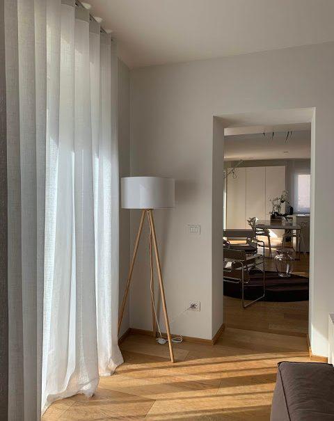 lampada da terra in soggiorno
