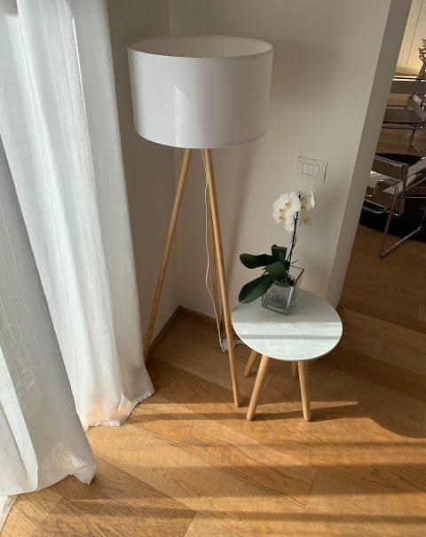 lampada e tavolino bianchi