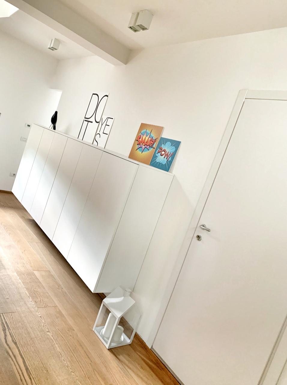 ingresso con wall art motivazionali