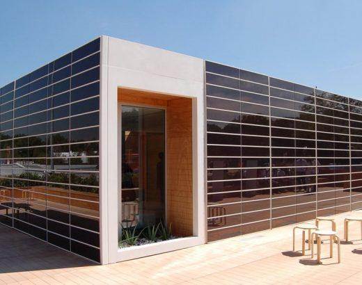 casa a cubo con pareti in fotovoltaico