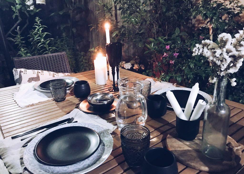 Decorazione della tavola per una cena in giardino