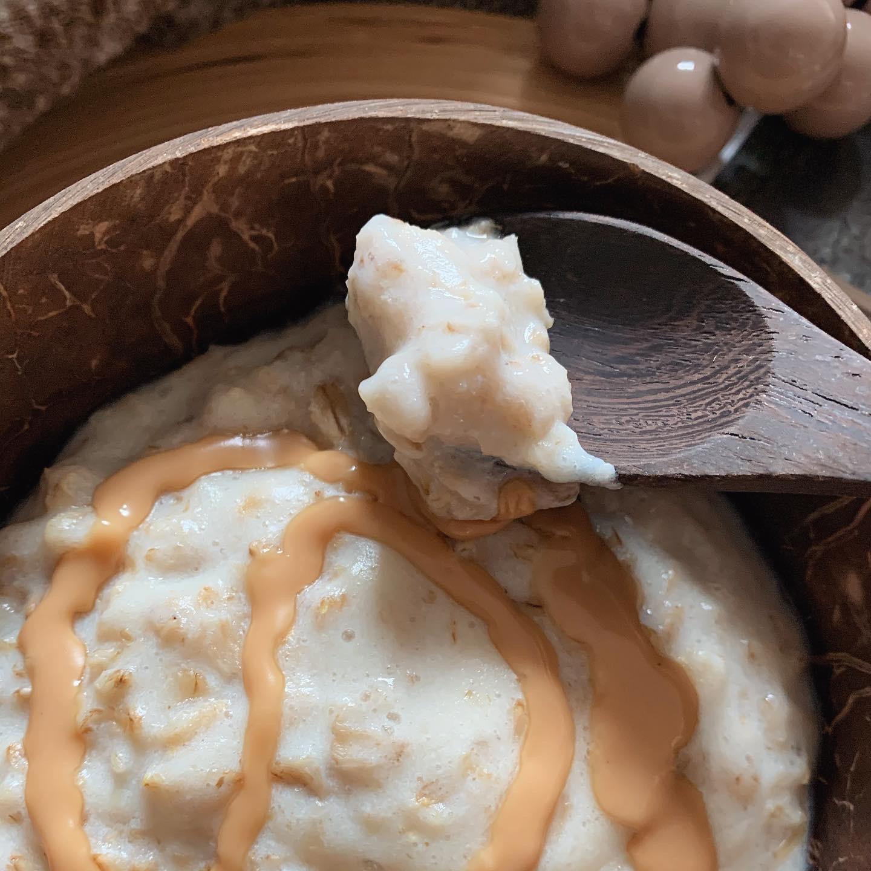 Un boccone di porridge per mostrarne la consistenza e la densità.