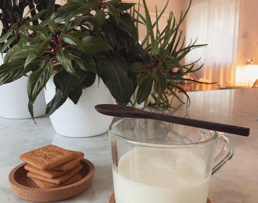 Latte di mandorla e biscotti